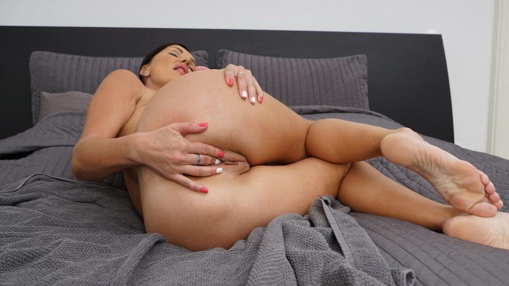 scharfes sexfoto zeigt milf beim fotze wichsen vor der webcam